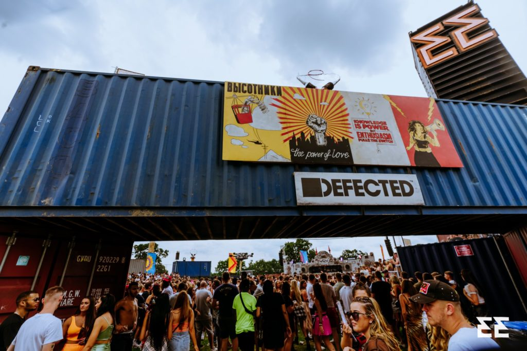 Defected stage